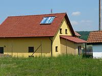 solární panel na plášti střechy